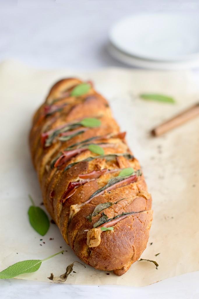 Punjeni kruh s pršutom i kaduljom